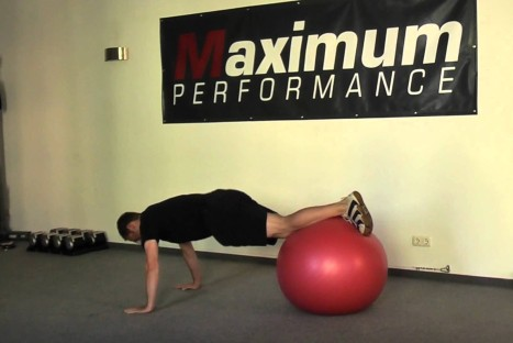 Gymnastikball – Prone Knee Tuck